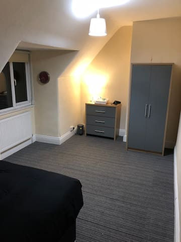 Very Large Room in Modern House Central Weston