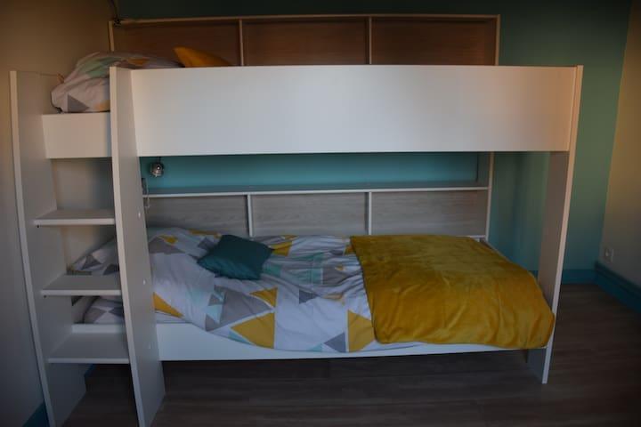 Troisième chambre Composée de deux lits (90x190)   2 couettes (140x200)  2 oreillers 60x60 1 commode 1 TV