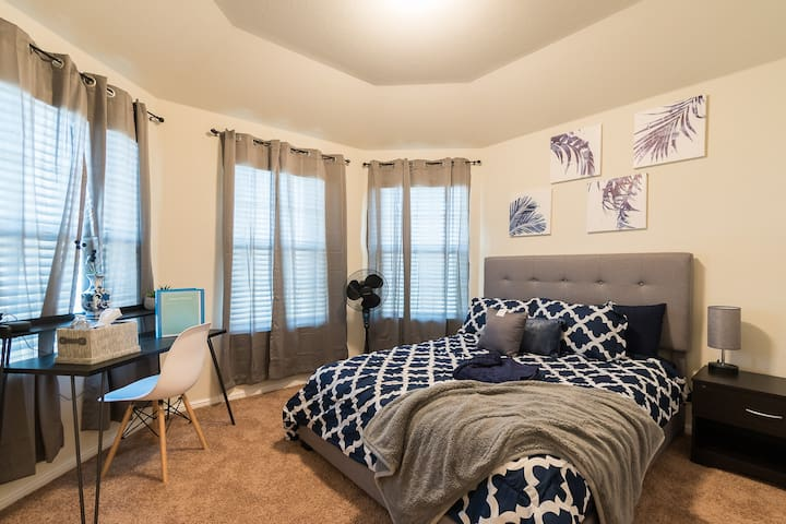 Stylish Navy room near top DFW attractions.
