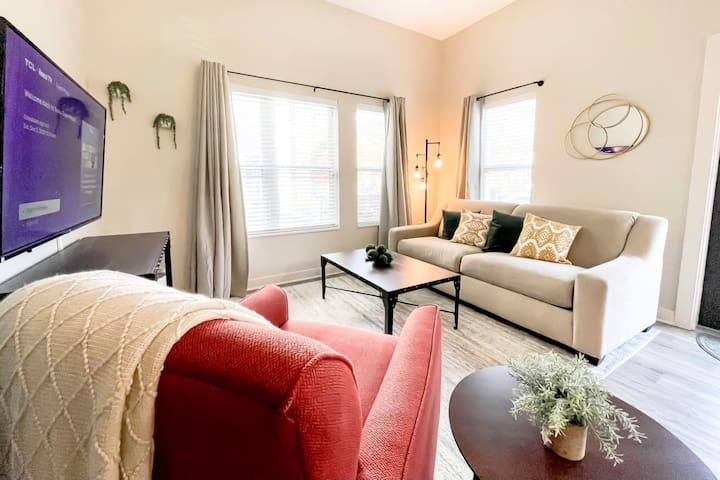 ~ Exclusive Double King Bed Master Suite Apt at The Brix ~ Hot Tub! ~