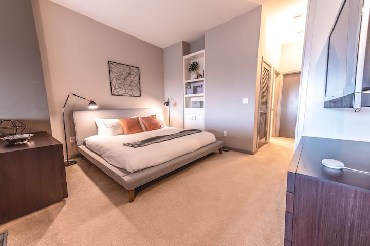 FREE TV 30+ Day Stay, KING BED Loft at SANTANA ROW