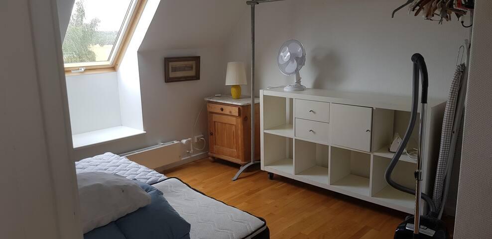 Soveværelse med 2 enkeltsenge samlet til dobbeltseng.