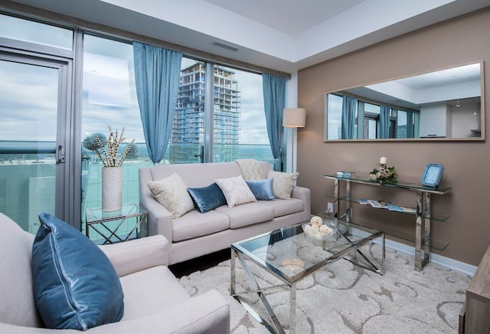 Luxurious Downtown Suite with Sky-High Lake Views - Toronto - Daire
