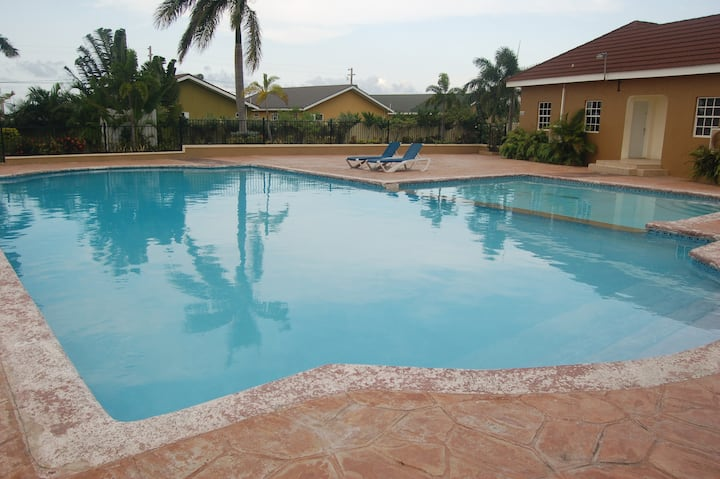 Ocho Rios Paradise-2 bdrm/with AC-2 bthrm-Pool-Gym