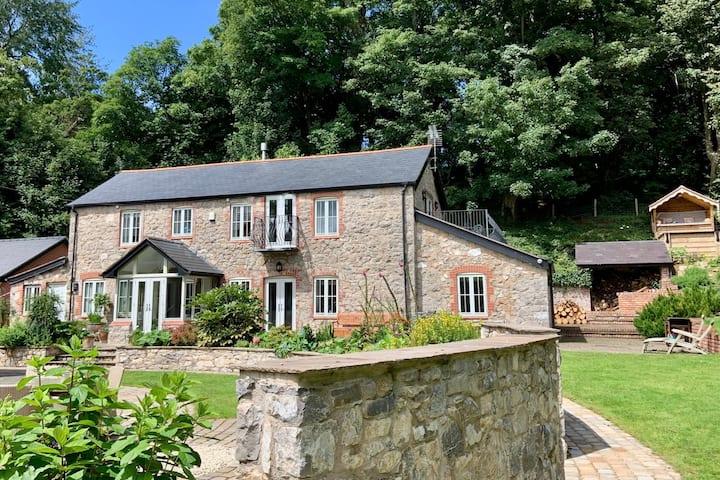 Luxury Stylish Barn Conversion, Garden & Wood
