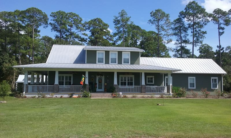 2 adjoining Queen rooms  in Lake Cottage