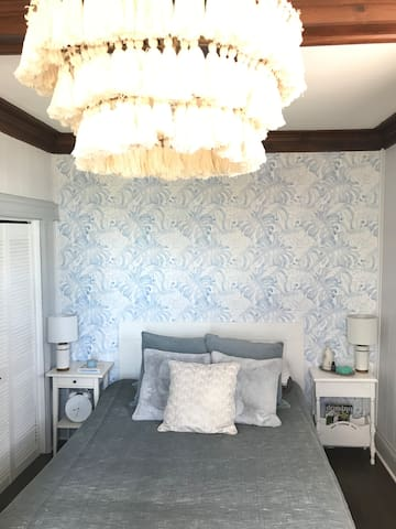 In the Blue Room, enjoy waking up in a queen size bed to stunning views of the Hamilton Harbour.