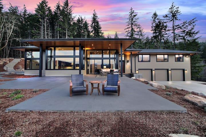'Pahto's Retreat' White Salmon Home w/ Hot Tub!