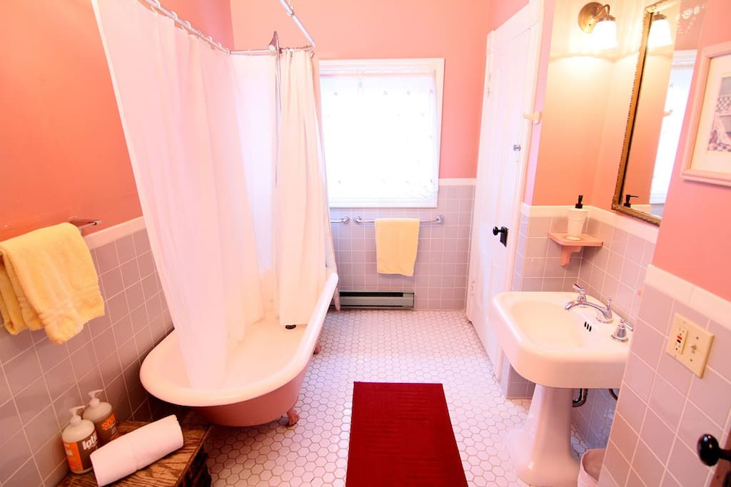 Bathroom (shared with Woodstock room).