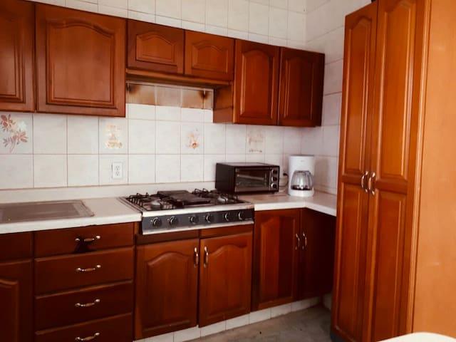 Cocina integral equipada con horno para tostar, horno de microondas, cafetera, calentador de paso, utensilios