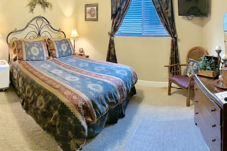 Monroe Street Suites: Room One (Queen Bed)