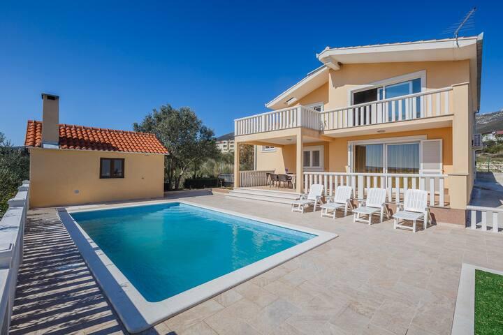 Charming house with  pool and nice view - Kaštel Novi - Villa