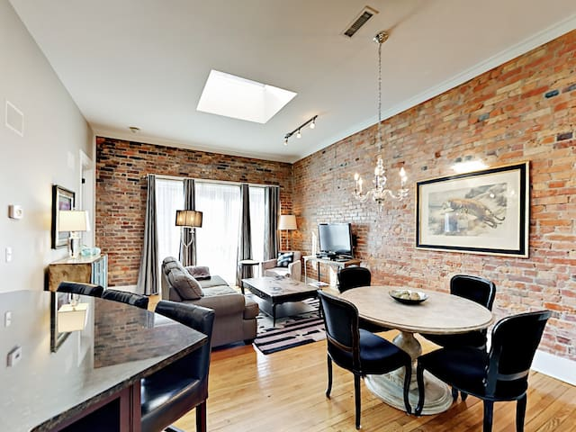 Downtown Chic Apartment, 2 Blocks to Pack Square!