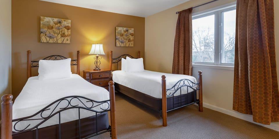 Comfy Twin Beds! - Tamarack and Mirror Lake Resort