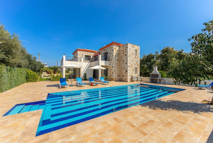 Well-presented 4 bed villa with private pool