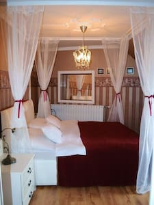 Romantic,canopy bed,corner bath - Gæstehus