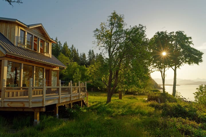 'Saltwater Cottage' Cortes Island