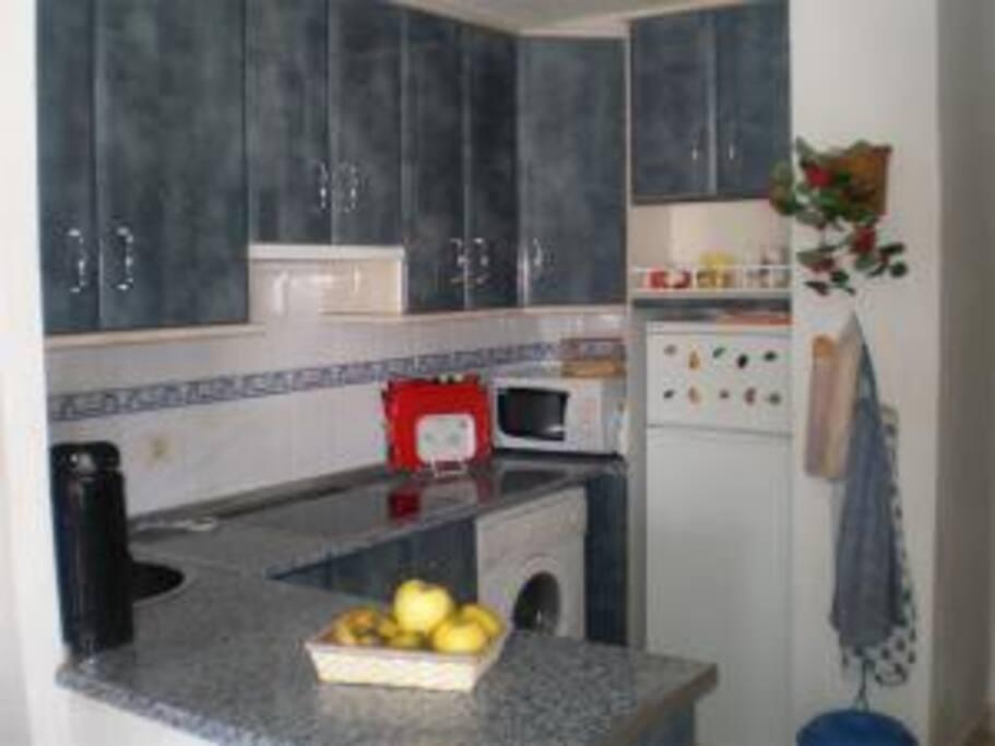 Cocina con lavavajillas y demás electrodomésticos