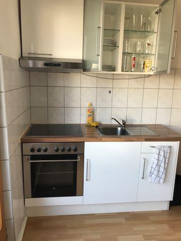 Voll bestückte Küche mti gemütlichem Sitz-/Arbeitsplatz. Großer Kühlschrank  mit Gefrierfach.