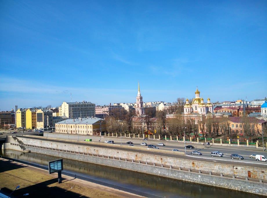 Из окон квартиры открывается высотный вид на центр города и на Крестовоздвиженский собор.