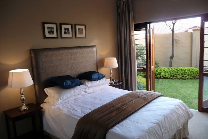 STUNNING 2 BED - GARDEN UNIT 54 MVE - Johannesburg - Apartment