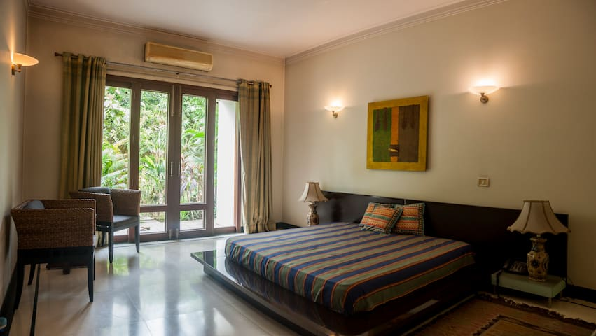 Villa Marigold: Private Emerald Suite near HUDA
