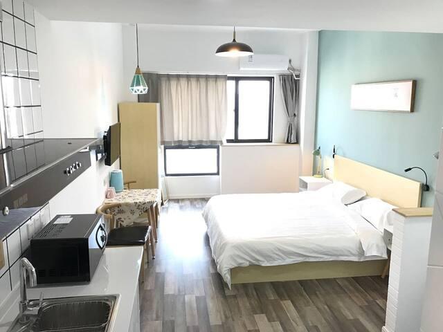 昆山城北白领公寓,超级大床房2.4*2.0,干净整洁,采光好,打着灯笼都找不到的好民宿,地下停车场