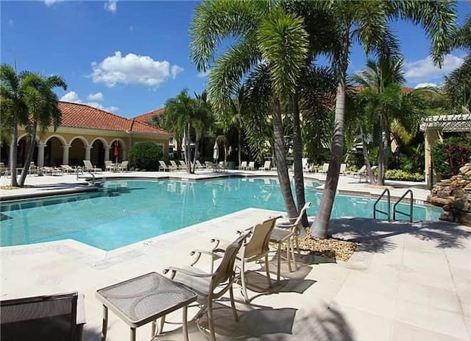 Relaxation awaits - Close to Dinning/ Beaches/Golf