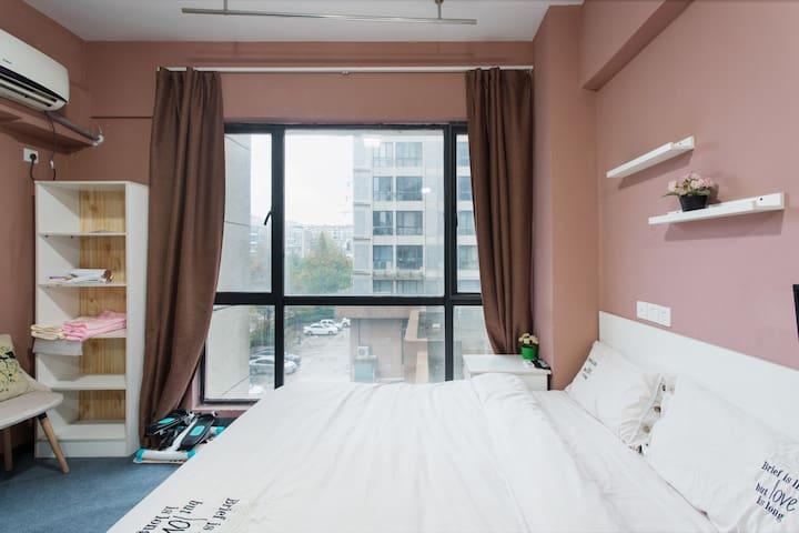 150cm x 200cm的大床,外加厚厚的床垫,温暖的被子,真的是躺下就不想起来的感觉啊