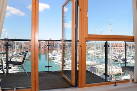 Marine Dreams (2-bed flat with water views) - Eastbourne