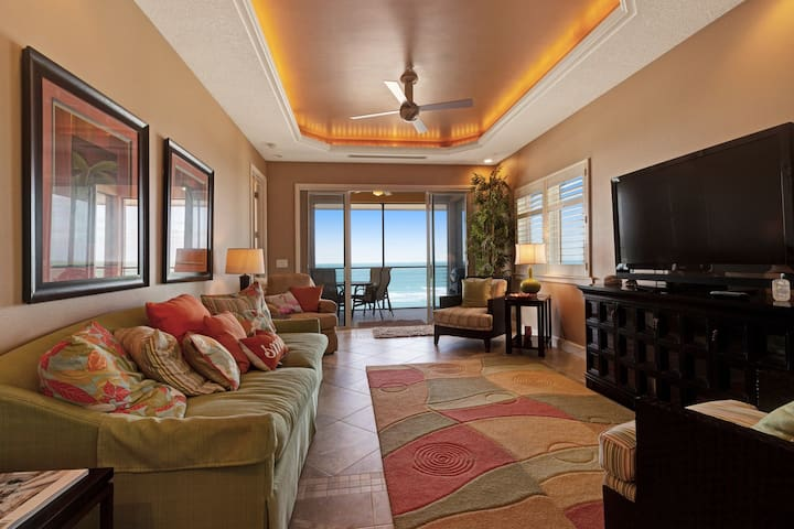 Gorgeous beachside condo w/heated pool, beach access, and lovely views!