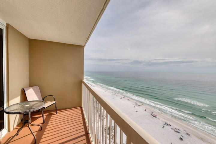High-rise condo w/ocean views, community pool and private balcony