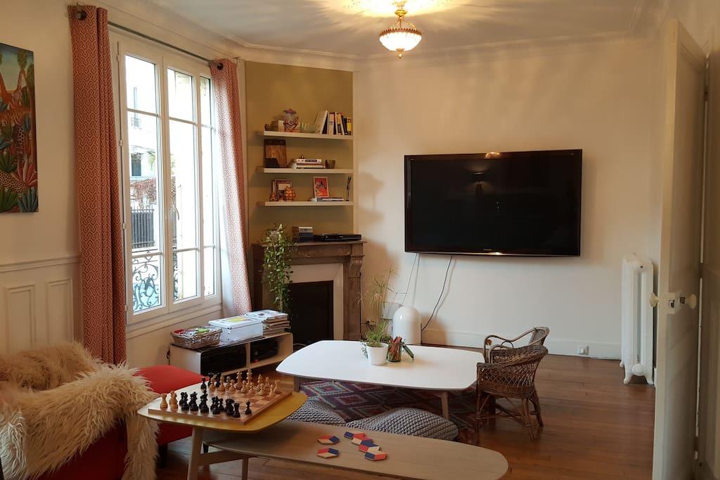 Salon avec TV grande taille