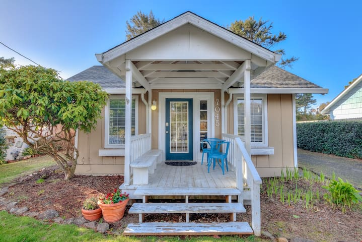 Blue Pineapple - Newly remodeled Gleneden Beach home with Fire Pit and Large Fenced Yard