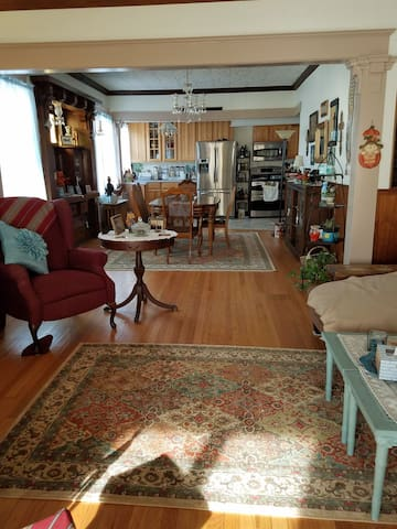 1900's Vintage House - Single Eclectic Room