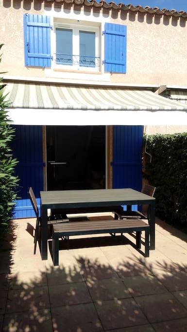 Terrasse orientée Ouest, avec table de jardin, chaises longue, pare soleil