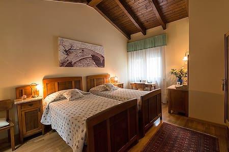 Room Quercia, B&B La Betulla - Sasso - 家庭式旅館