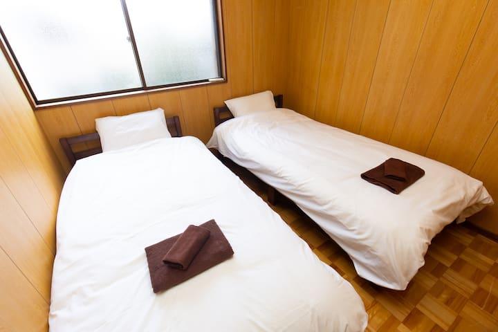 2nd floor bedroom (2 single beds)