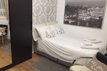 Stratford Comfortable Double room with TV & Wifi