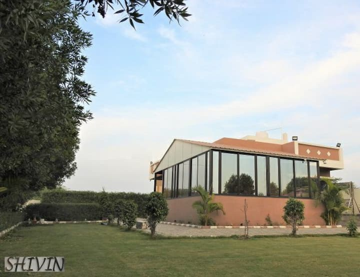 SHIVIN– The Luxurious Party & Weekend Villa.