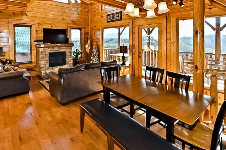Gorgeous cabin w/ mountain views, private hot tub & game room!