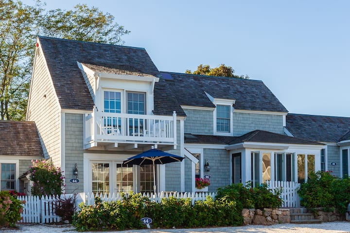 Beach Front Townhouse in Mashpee!