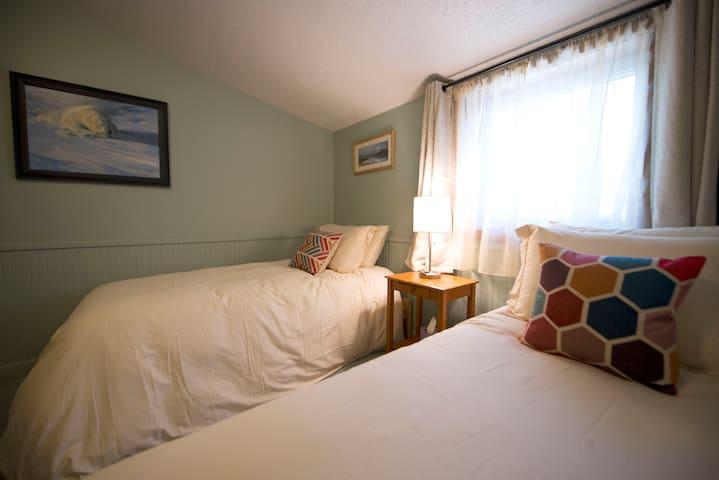 Lynx Room at Tonglen Lake Lodge