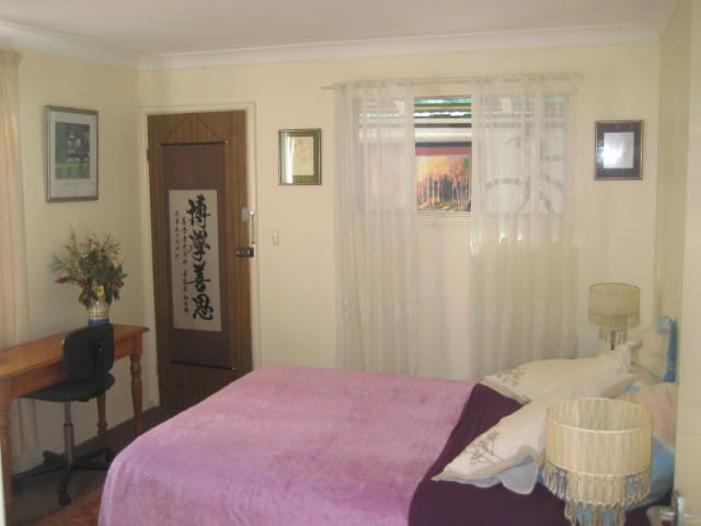 Sunny room & comfy bed with breakfast in Hamilton - Hamilton - Huis