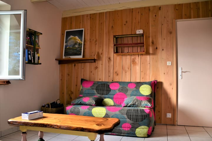 la chambre avec un coin salon (canapé-lit pour un couchage supplémentaire si besoin)