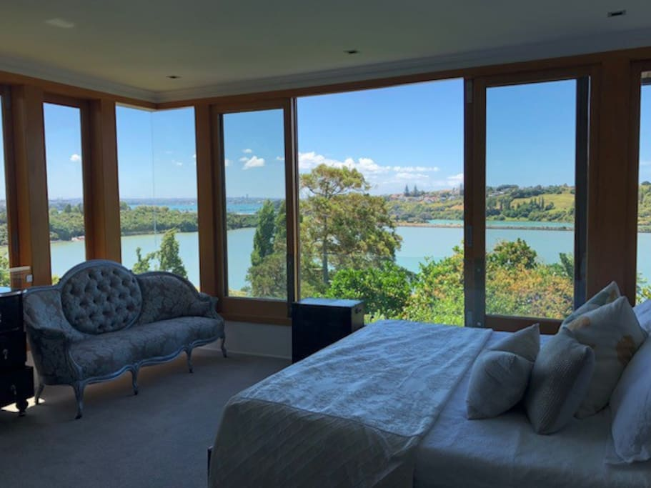 The master bedroom is Northwest facing and on a clifftop so very dramatic views of the city and Orakei basin and out to the Harbour. Lie in bed and enjoy all the birdlife as you are postioned right above a reserve