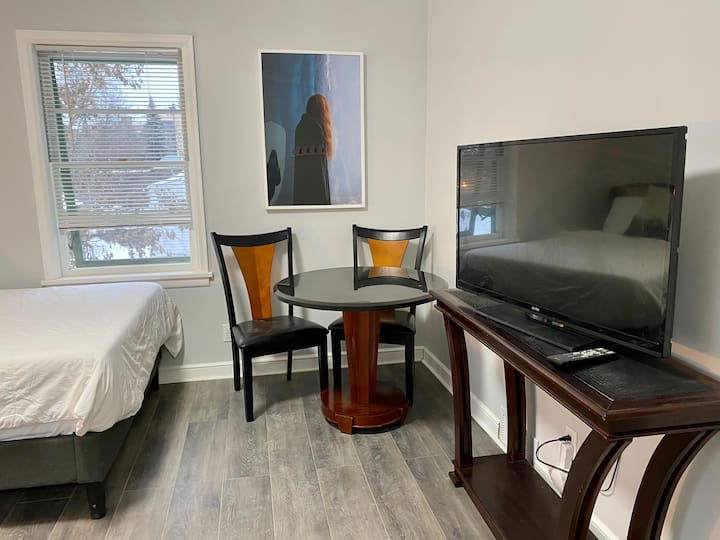 Uptown studio central location  perfect for nurses