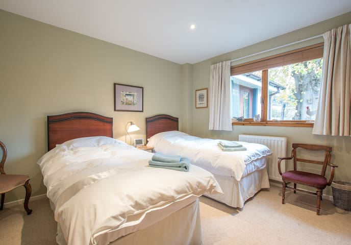 Cosy Twin Bedroom in B&B next door to Glentress