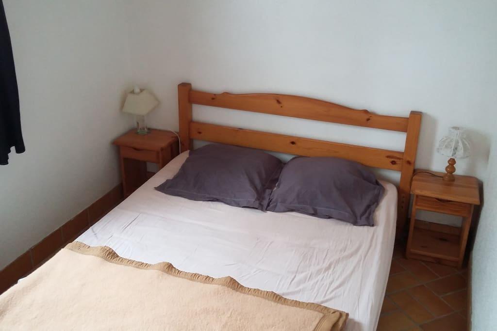 lit 140cm situé dans la chambre