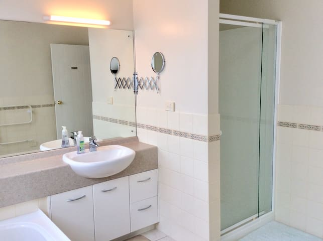 clean & tidy two double rooms paremuka lakeside